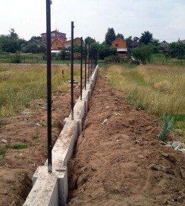 Фундамент позволяет укрепить столбы только в том случае, если длина той части, которая в цементе, не менее 50 см