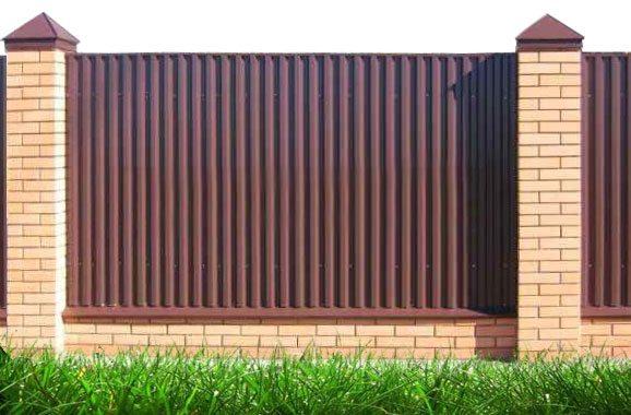 «Глухой» забор сделан профнастилом