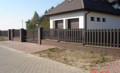 Из металлического штакетника также можно делать калитки и ворота