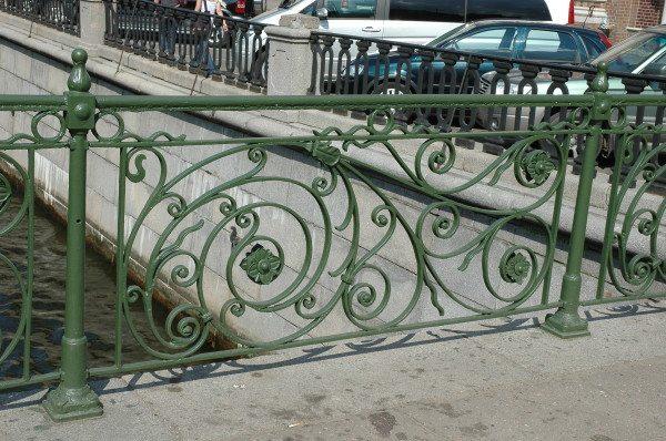Изделие с декоративной решеткой способно украсить городской пейзаж.