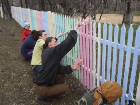 Как покрасить штакетник