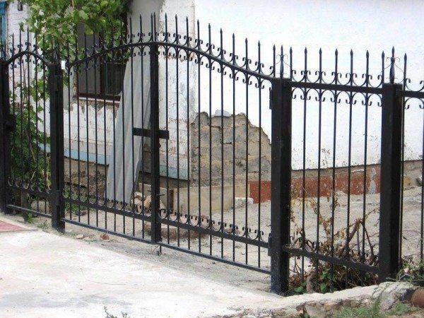 Калитка и ворота на металлическом заборе