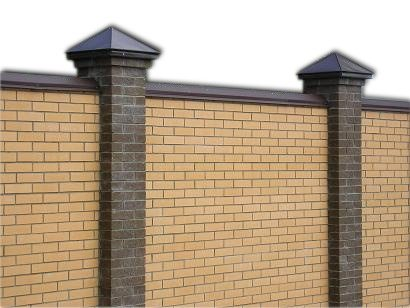 Кирпичный забор с кирпичными столбами