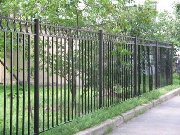 Кованая ограда – лучшее решение для многоэтажки.