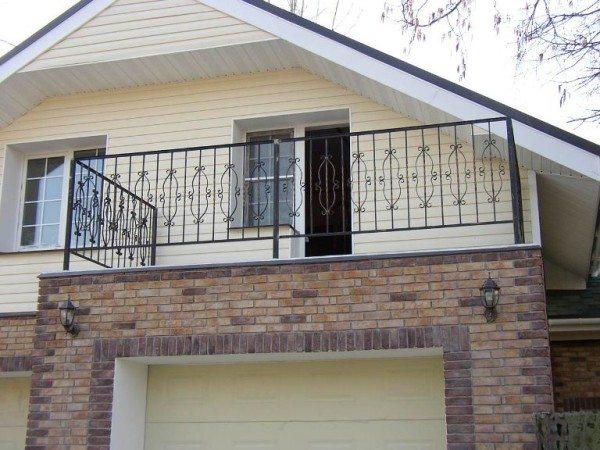 Кованное ограждение для балкона в загородном доме