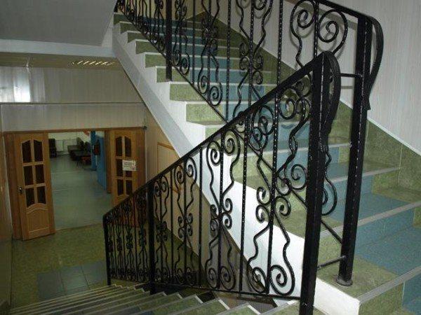 Кованые ограждения лестниц выглядят изысканно и надежно.