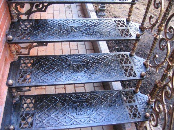 Литая лестница и ограда – словами не описать!