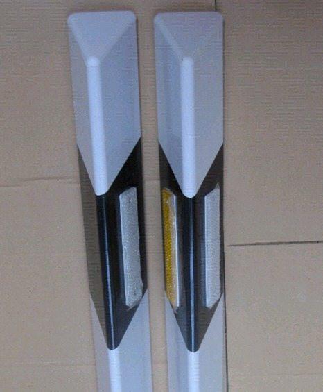 Металлические столбики для ограждения проезжей части.