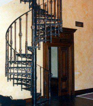 Металлическим перилам можно придать любую форму без ущерба для ширины лестницы