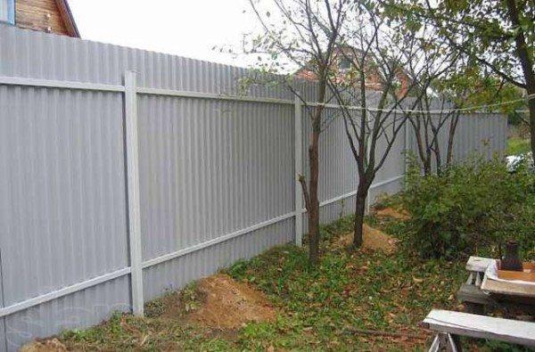 Металлический забор на даче