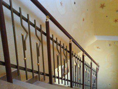 На фото – пример простого кованого ограждения межэтажной лестницы