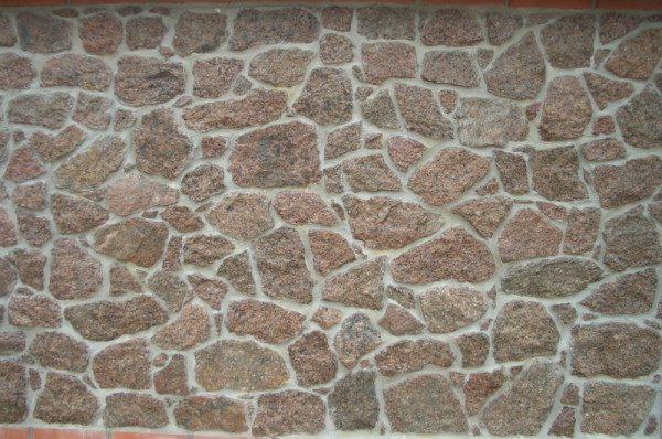 Наружная расшивка визуально выравнивает стену