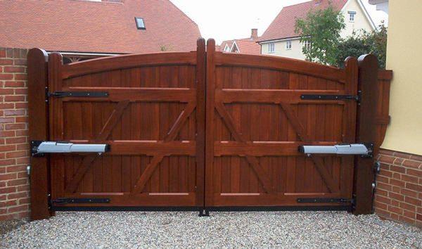 Несущая конструкция и наружная обшивка деревянных ворот.