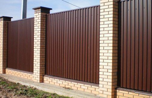 Ограда из профнастила и кирпича