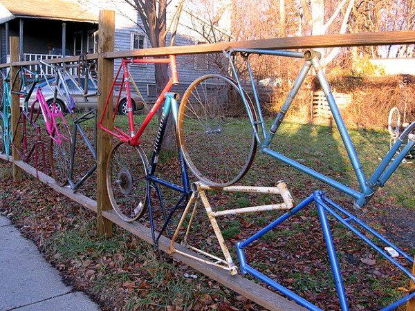 Ограда из старых частей велосипедов