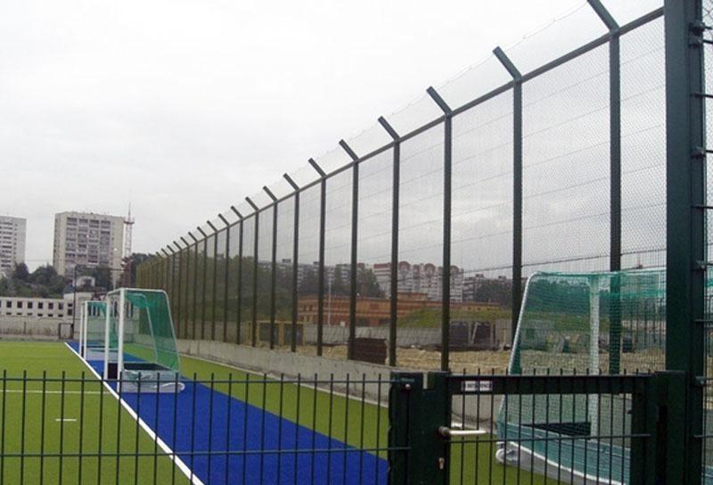 Ограда вокруг спортивной площадки