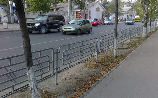 Ограждающие конструкции на автодорогах — важный элемент безопасности пешеходов.