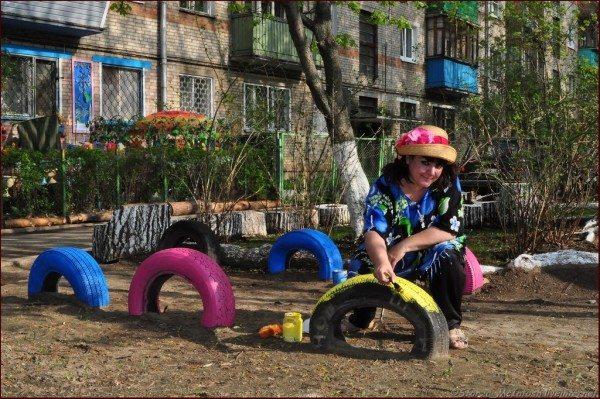 Ограждение детской площадки с применением автомобильных покрышек.