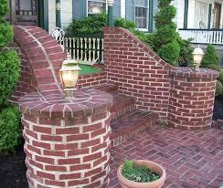 Ограждение для лестницы сделано из кирпича