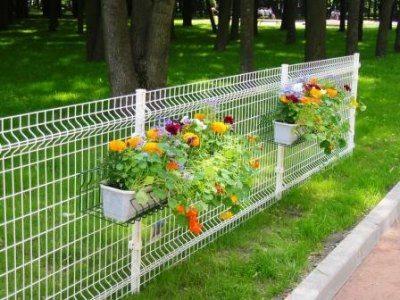 Опорные столбы и решетки могут быть одного или разных цветов