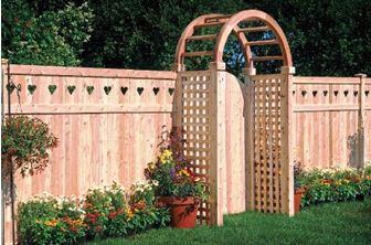 Оригинальное деревянное ограждение с декоративной аркой у калитки