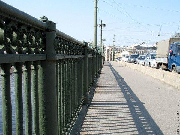 Пешеходное ограждение перильного типа может выполнять различные функции, например, обеспечивать безопасность зон с большим перепадом высот.
