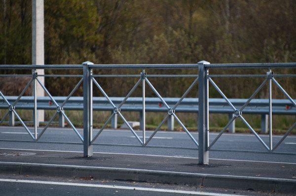 Пешеходное ограждение типа крест встречается часто, так как является недорогим и эффективным.