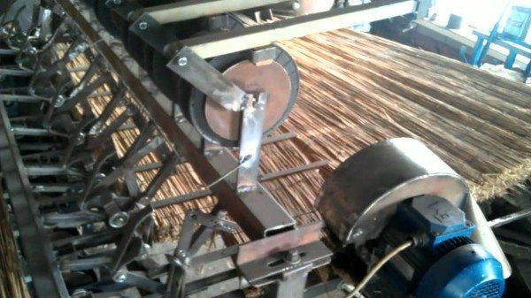 Плетение тростниковых матов на станке