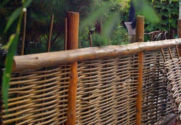 Плетенное ограждение прекрасно подойдет для выделения зоны отдыха на участке