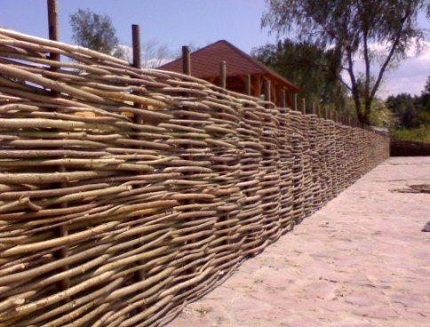 Плетеный деревянная изгородь
