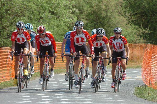 По бокам дорожки для велосипедистов установлена пластиковая оградительная сетка