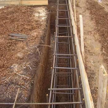 При строительстве фундамента для дома расстояние между вертикальными прутьями желательно сократить до 30-40 см
