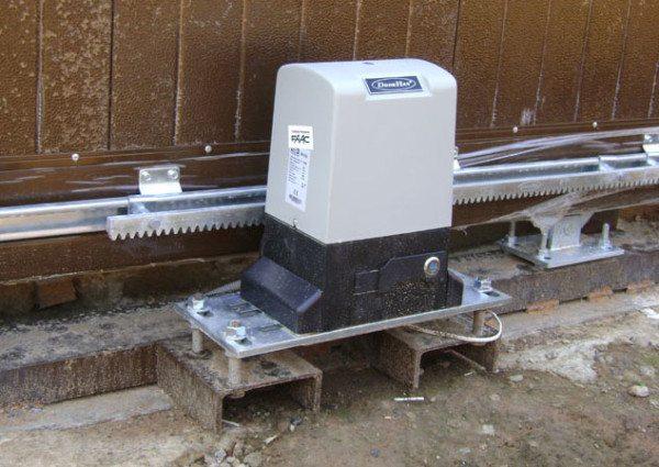 Приводной механизм, обеспечивающий движение зубчатой рейки