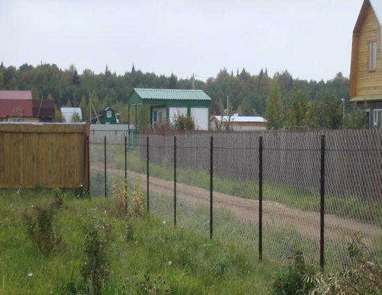 Простой забор из сетки рабицы