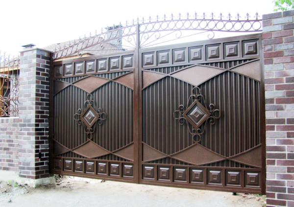 Распашные металлические ворота с элементами художественной ковки.