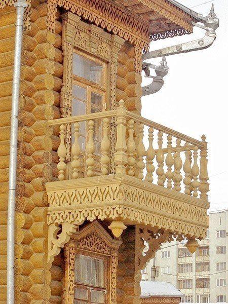 Резной балкон с оградой