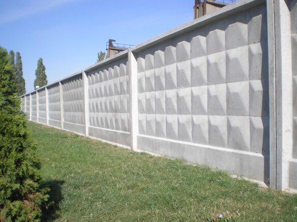 Самостоящий бетонный забор закрывает промышленную зону