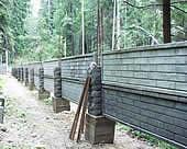 Секции, установленные на сборных столбах.