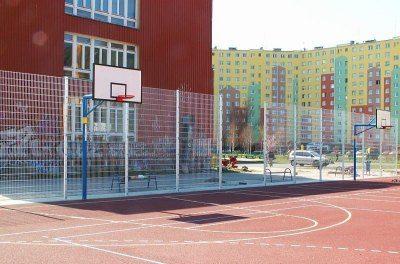 Сетчатый забор вокруг спортивной площадки