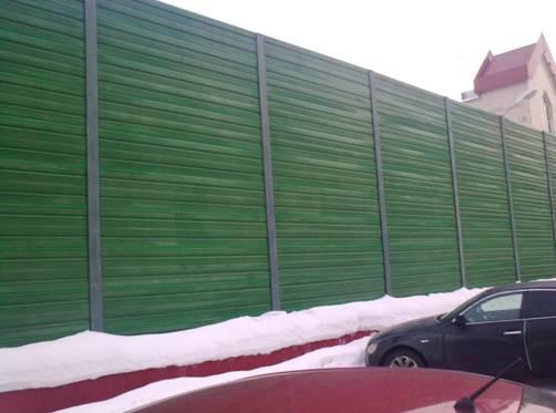 Шумопоглощающая ограда из сэндвича. Обратите внимание на высоту!