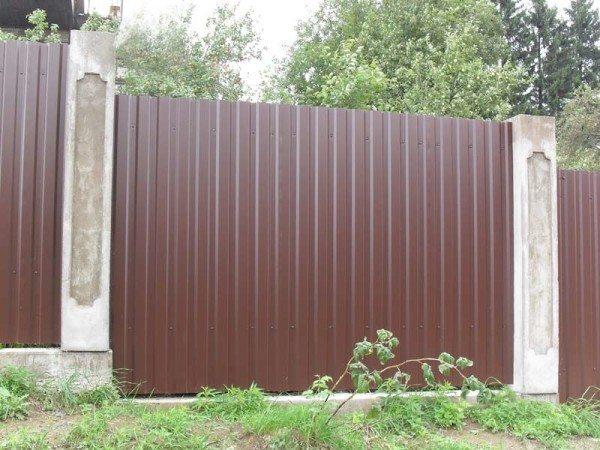Сплошной металлический забор из профнастила
