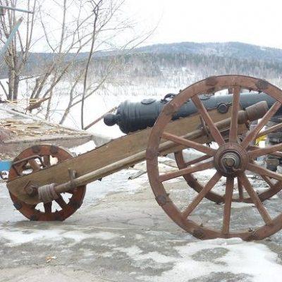 Старинная чугунная пушка