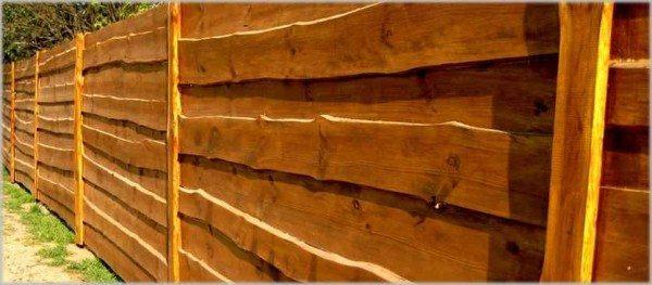 Стильный деревянный забор «ранчо» – вполне посильный вариант для тех, кто любит делать что-либо своими руками