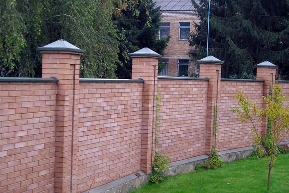 Стильный кирпичный забор с каменной основой.