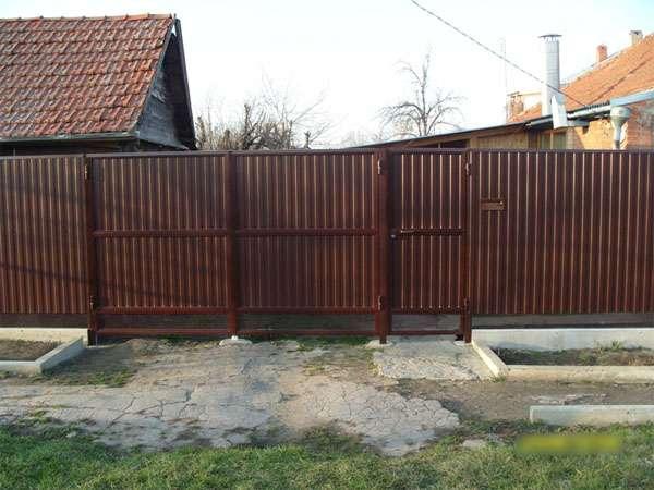 как украсить забор из профнастила с внутренней стороны