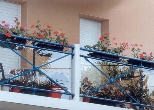 Металлические ограждения балконов: видео-инструкция по монта.
