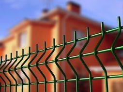 Универсальный забор отлично подходит для ограждения любых объектов.