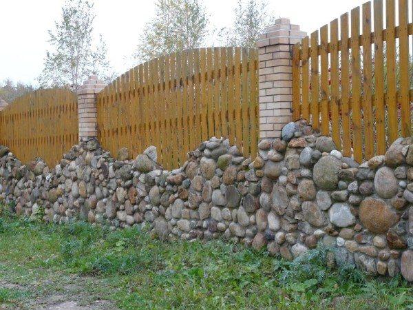 Великолепное комбинированное ограждение с основой из камня, кирпичными столбами и деревянными секциями