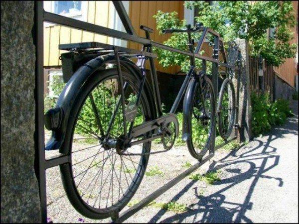 Велосипед - не только средство передвижения, но и вполне приличный забор.