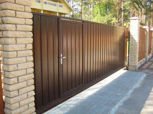 Ворота откатные с калиткой изготовленные из металлического профиля